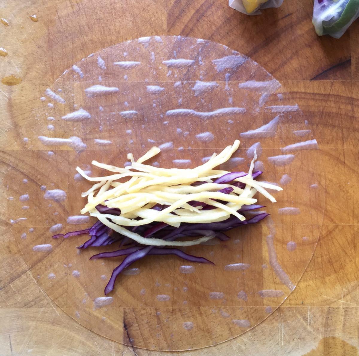 Rauwkostrolletjes met heerlijke tuinkruidendip